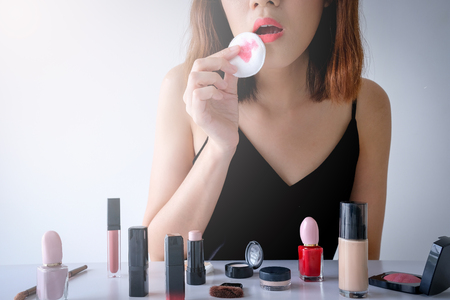 Young beautiful woman applying make up. Banque d'images