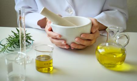 Medicina alternativa a base de hierbas con las naturales orgánicas en el laboratorio cápsula de aceite, orgánico natural.