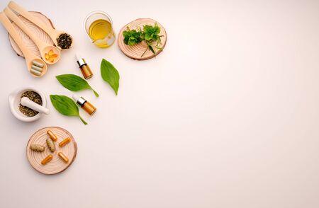 Medicina alternativa a base de hierbas con hierbas orgánicas naturales en el laboratorio. Cápsula de aceite, nutrición orgánica natural, alimentos saludables y bienestar. Foto de archivo