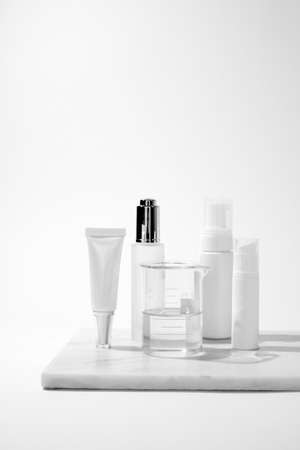 cosmetic and skin care package on white background with shadow. modern and minimal beauty product design. Zdjęcie Seryjne - 155595974