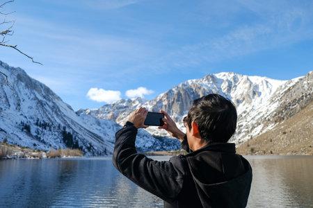 travel man use smart phone o taking photo of the beautiful mountain landscape. Imagens - 162546760