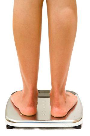 weighing scales: Donna sorge su bilance isolati su bianco