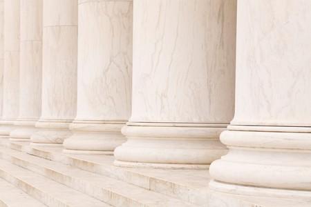 strong base: Colonne in pietra di marmo in una fila e passi, ideale per background classico