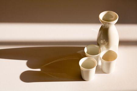 sake: Jarra de Sake y tazas con copia espacio