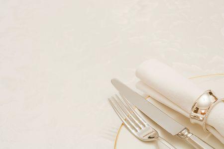 tavolo da pranzo: Coltello e forchetta con tovagliolo e piatto, su una tovaglia con copyspace Archivio Fotografico