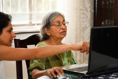 ayudando: Una mujer India muestra su anciana madre c�mo utilizar internet