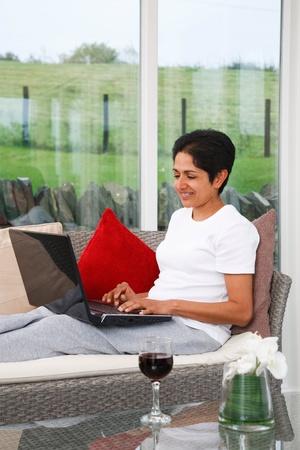 relaxes: Asia India joven relaja utilizando internet en casa