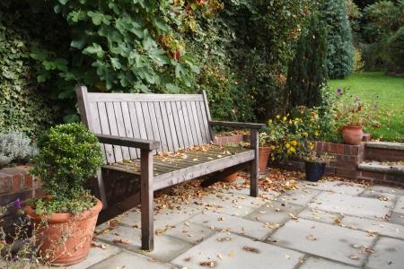 현관: 가을  가을 전통 판석의 테라스에서 정원 벤치 스톡 사진