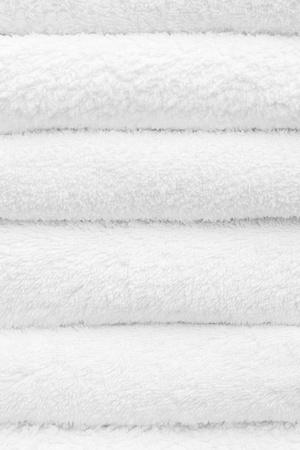 toallas: Primer plano de una pila de toallas de color blanco