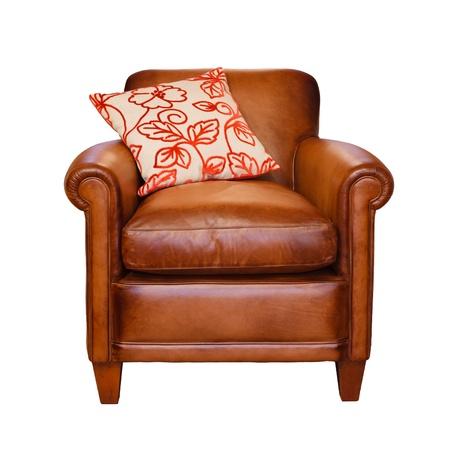 Stuhl: Ledersessel mit trendigen Kissen auf einem wei�en Hintergrund mit Clipping-Pfad Lizenzfreie Bilder