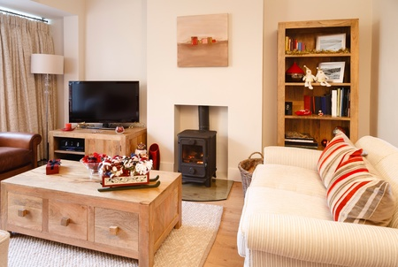 Moderne Innenarchitektur Wohnzimmer mit Weihnachtsschmuck Fotografen eigenen Motiven an der Wand und Bücherschrank