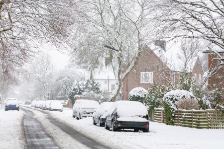 Verschneite Vorortstraße in England, Vereinigtes Königreich