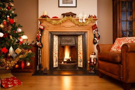 camino natale: Camino decorato in una casa di famiglia con albero di Natale