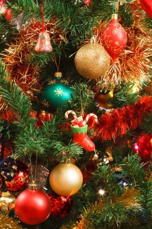 red glittery: Albero di Natale con palline colorate e decorazioni appese Archivio Fotografico
