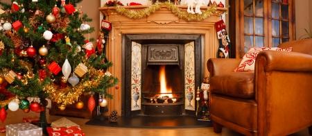 ohniště: Vánoční interiér krb v obývacím pokoji v panoramatickém formátu Reklamní fotografie