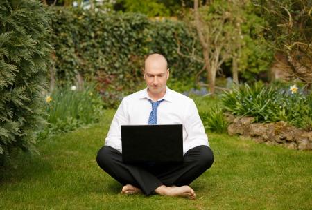 cross leg: Exitoso hombre de negocios con camisa blanca y corbata de trabajo y relajarse al aire libre