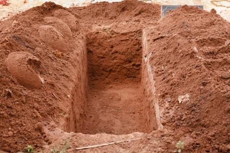 Tumba recién cavada abierta para un entierro