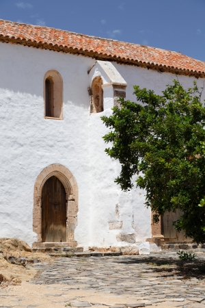 canarian: Old white building depiciting traditional Spanish architecture