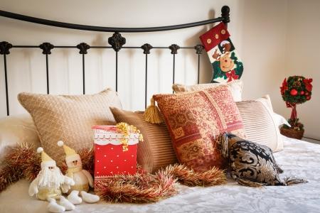 Boże Narodzenie wnętrza nowoczesnej sypialni z kutego żelaza łóżko