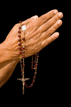arrepentimiento: Una vieja mujer asi?tica tiene sus manos en oraci?n con un rosario