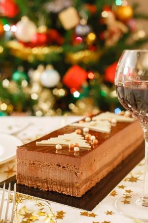 noel chocolat: G�teau au chocolat de No�l sur une table de salle � manger Banque d'images