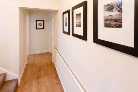 현대 아파트에서 나무 바닥과 중성 벽