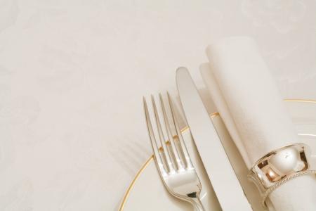 servilleta de papel: Cubiertos y servilleta con plato sobre un mantel de damasco con copyspace Foto de archivo