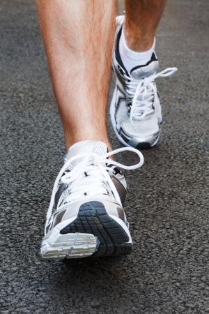 pies masculinos: Primer plano de los zapatos para correr en un corredor Foto de archivo