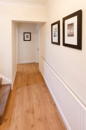 木製の床と壁に写真家の廊下
