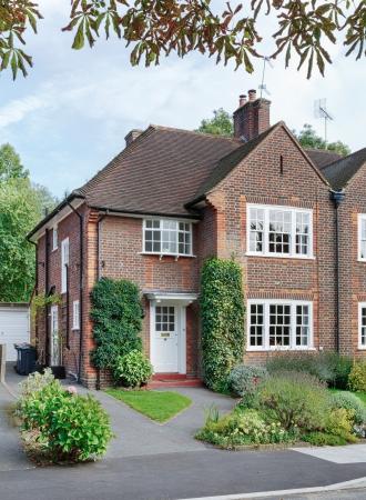woonwijk: Voorkant van een Brits huis in een Londense buitenwijk van Engeland, UK
