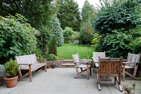 Achtertuin, terras en tuinmeubilair in een Engels huis