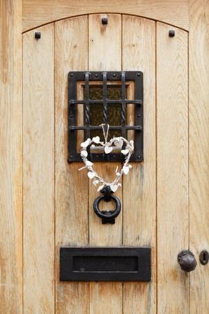 FERRETERIA: Tradicional puerta de madera de una casa con quincallería