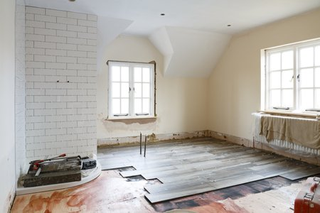 Bathroom ripout and tiling before a remodeling, refit and refurbishment 免版税图像