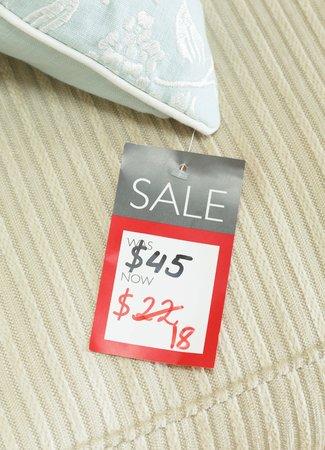 Mock-up del cartellino del prezzo che mostra il prezzo ridotto di un prodotto scontato in vendita in un negozio al dettaglio. Prezzo in dollari per il mercato statunitense