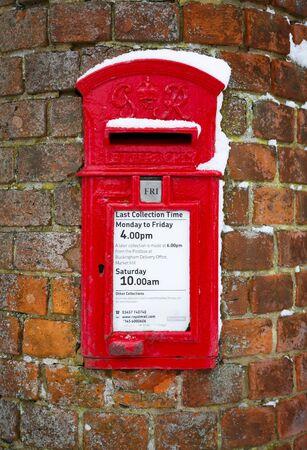 Buckingham, Regno Unito - 01 febbraio 2019. Una tradizionale casella postale britannica è incastonata in una parete nel Buckinghamshire. La cassetta della posta risale al regno di Giorgio VI dal 1936 al 1952. Editoriali