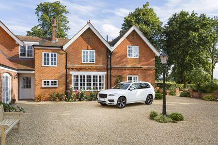 Gran mansión ejecutiva y coche de lujo en un entorno rural, Buckinghamshire, Inglaterra, Reino Unido.