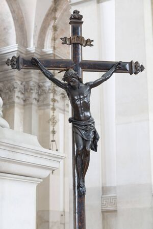 Statue of Jesus Christ on a cross inside a church, depicting the crucifixion 版權商用圖片