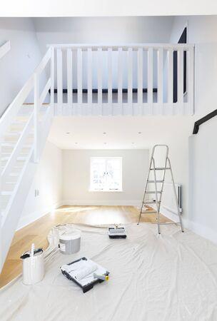 Decorare una stanza con l'emulsione. Raffigura il miglioramento della casa, il fai da te e la ristrutturazione