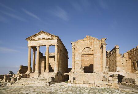 The temples of Minerva, Jupiter and Juno at the forum of Sufetula. Sbeitla, Tunisia. Foto de archivo