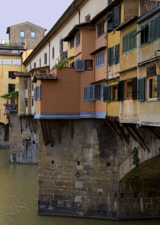 overhanging: Shops and houses overhanging the River Arno on the Ponte Veccho in Florence, Italy