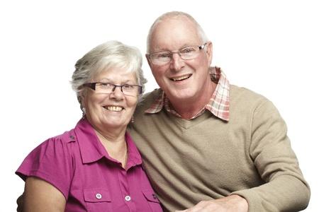 gladly: Retrato de pareja de ancianos sonrientes en el fondo blanco Foto de archivo