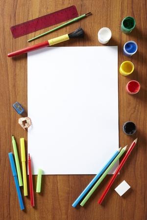 Terug naar school leerlingen kunst pad verf potloden en pennen op houten schoolbank van boven Stockfoto