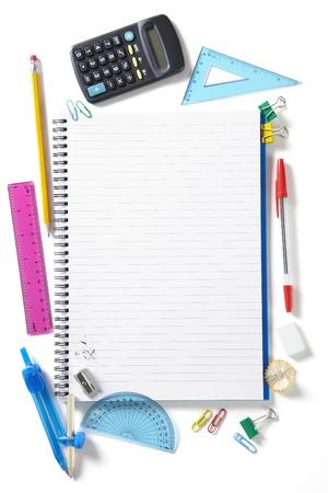 Terug naar school leerlingen notitieblok en stationaire op een witte school bureau van boven