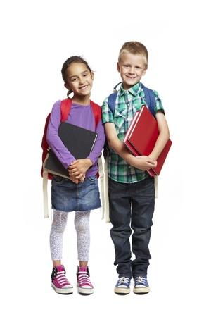 8-jarige schooljongen en meisje met rugzakken bedrijf boeken glimlachen op een witte achtergrond