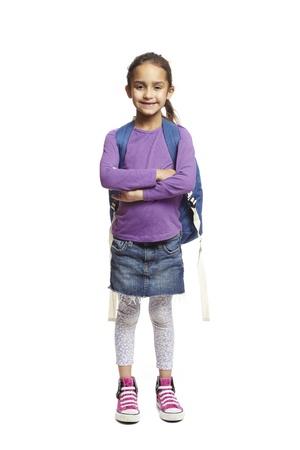 ni�os contentos: 8 a�os de edad brazos muchacha de la escuela con mochila doblado sonriente sobre fondo blanco