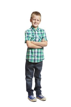 8-jarige schooljongen met armen gevouwen op een witte achtergrond