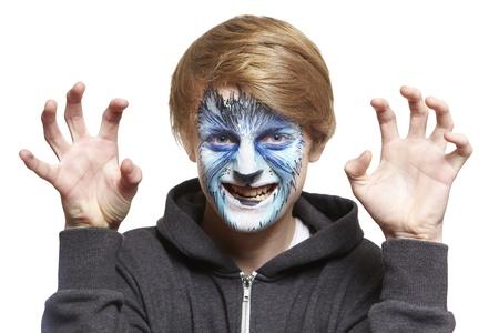 painting face: Adolescente con pintura de la cara del lobo gru�endo sobre fondo blanco