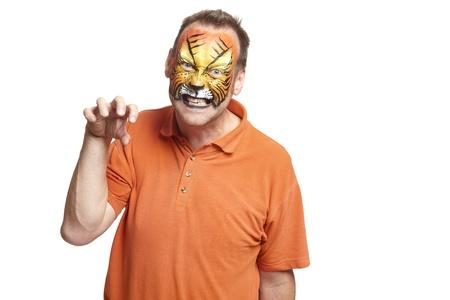 painting face: Hombre con pintura de la cara del tigre rugiendo sobre fondo blanco