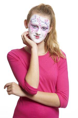 pintura en la cara: Adolescente con la pintura de la cara geisha chica sonriente sobre fondo blanco
