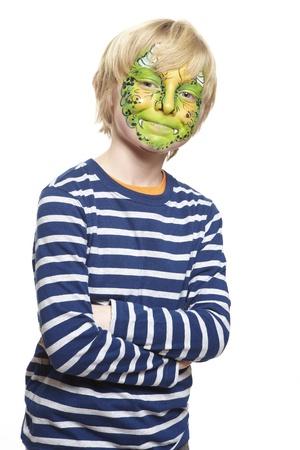 caritas pintadas: Chico joven con el monstruo pintura de la cara sonriente sobre fondo blanco